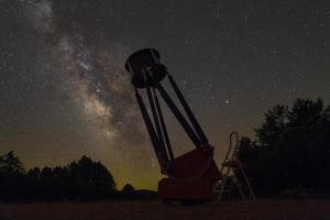 großer Dobson vor der Milchstraße